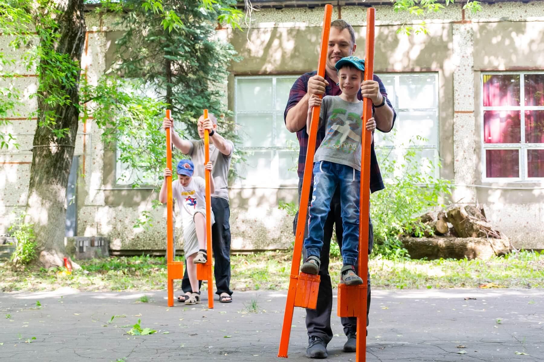 летние игры для школьников, ходули