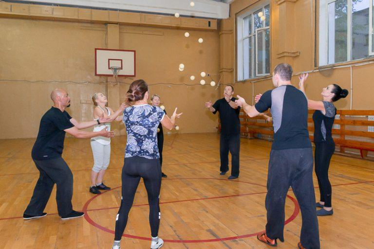 упражнения с мячом для пожилых людей