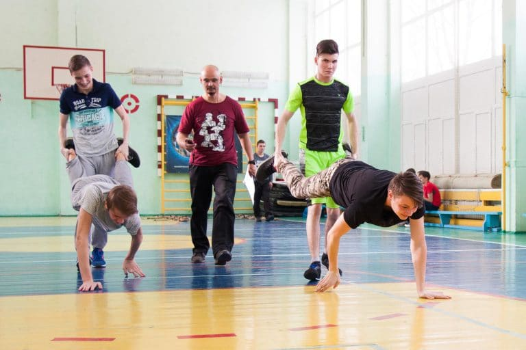 активные игры для детей в помещении