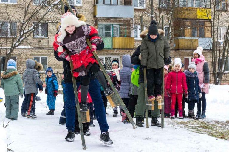 зимние игры для школьников на улице, ходули