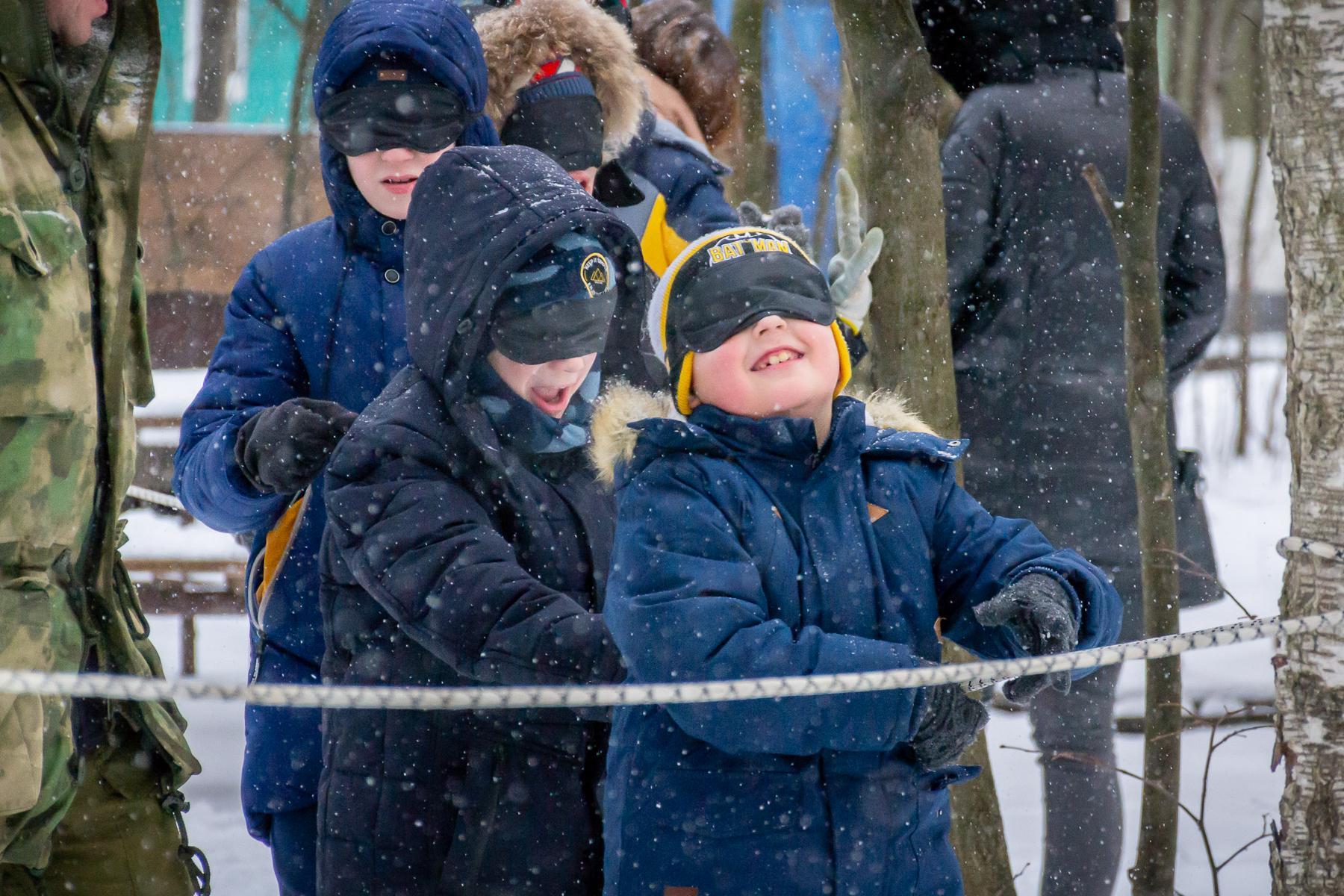 зимние веревка между деревьямидля детей на улице