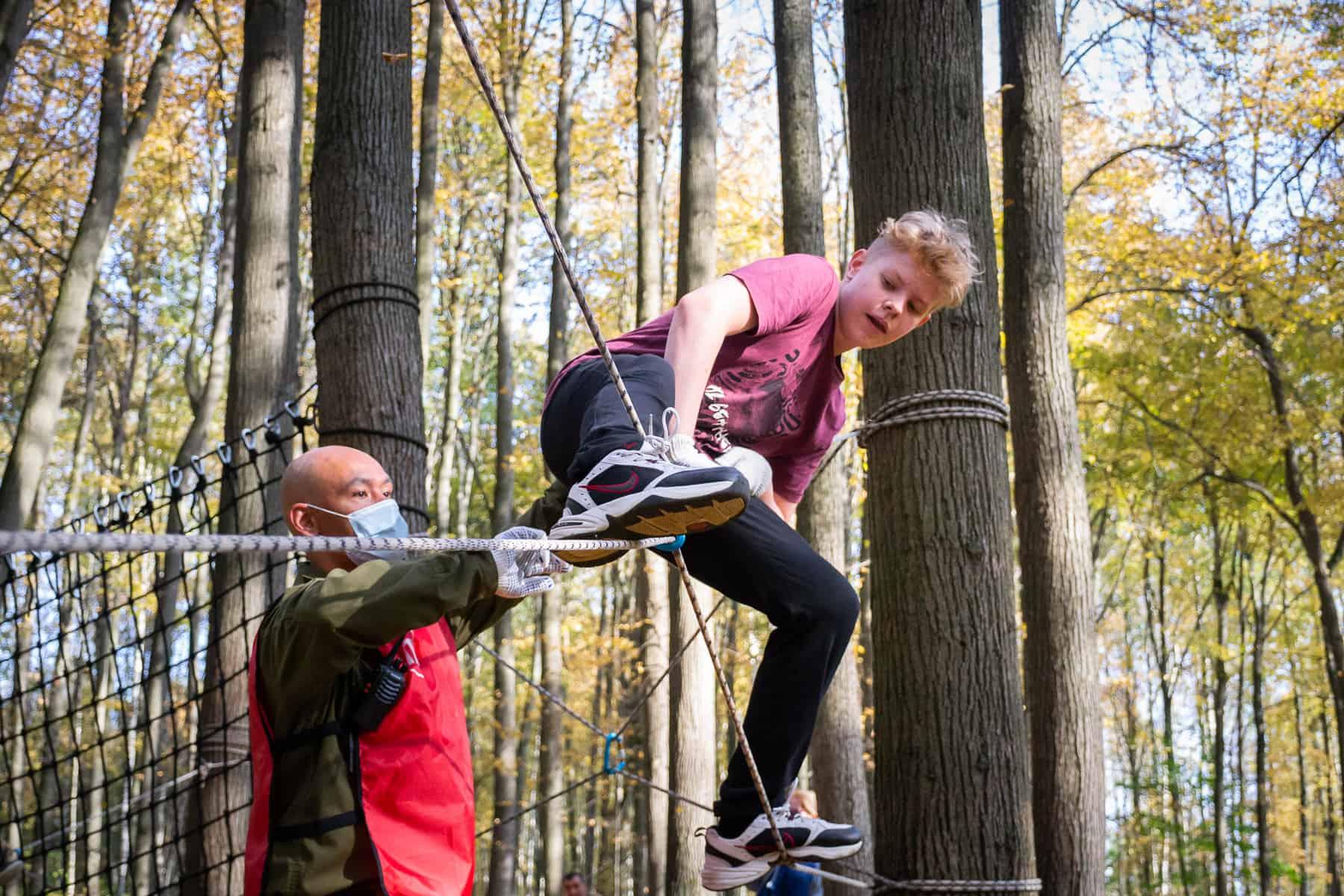 Подросток на верёвочной полосе препятствий