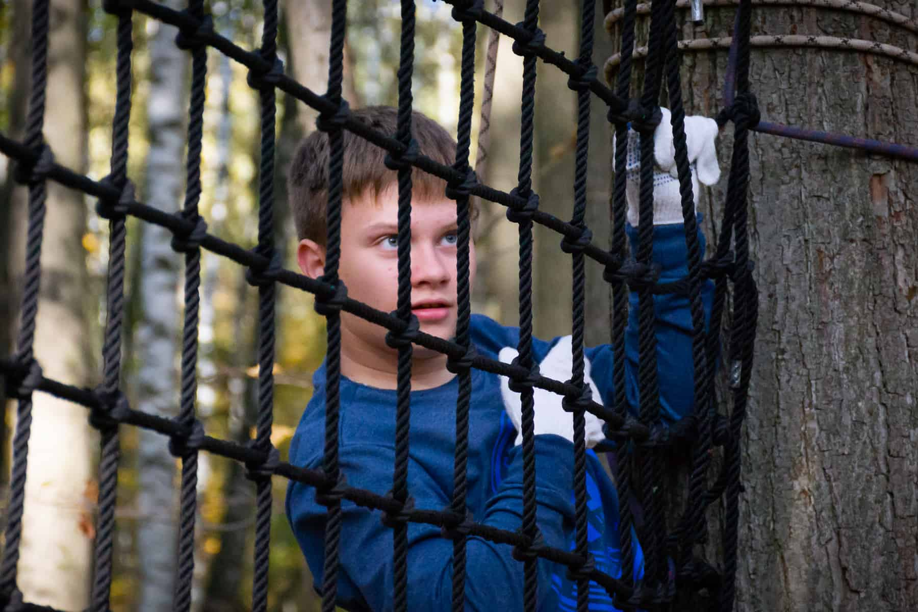 Ребенок на веревочной сетке