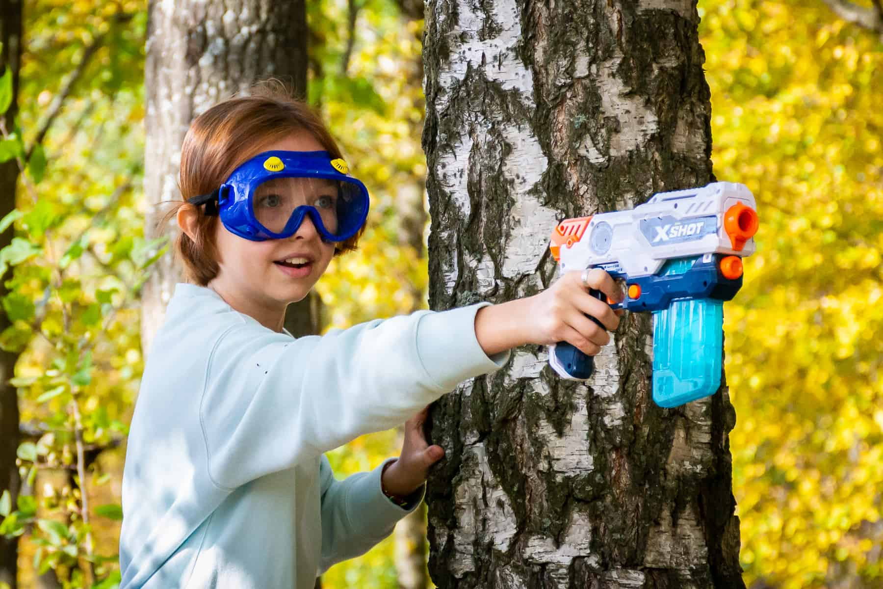 Девочка стреляет из нёрфа