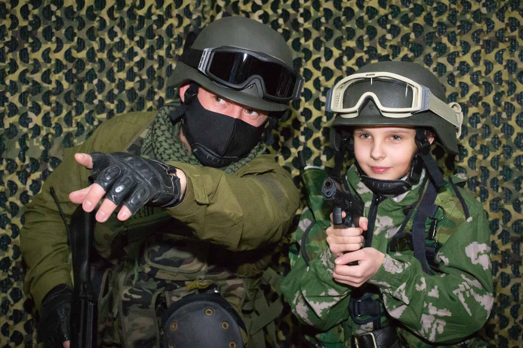 Ребёнок и аниматор в фотозоне на 23 февраля
