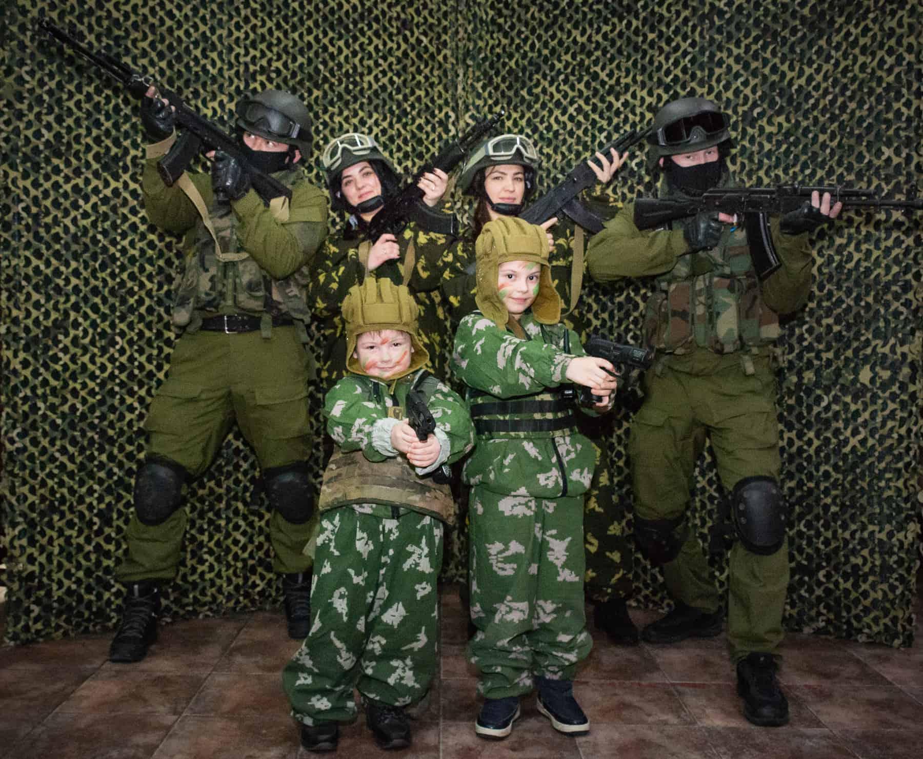 Взрослые и дети в военной фотозоне на 23 февраля