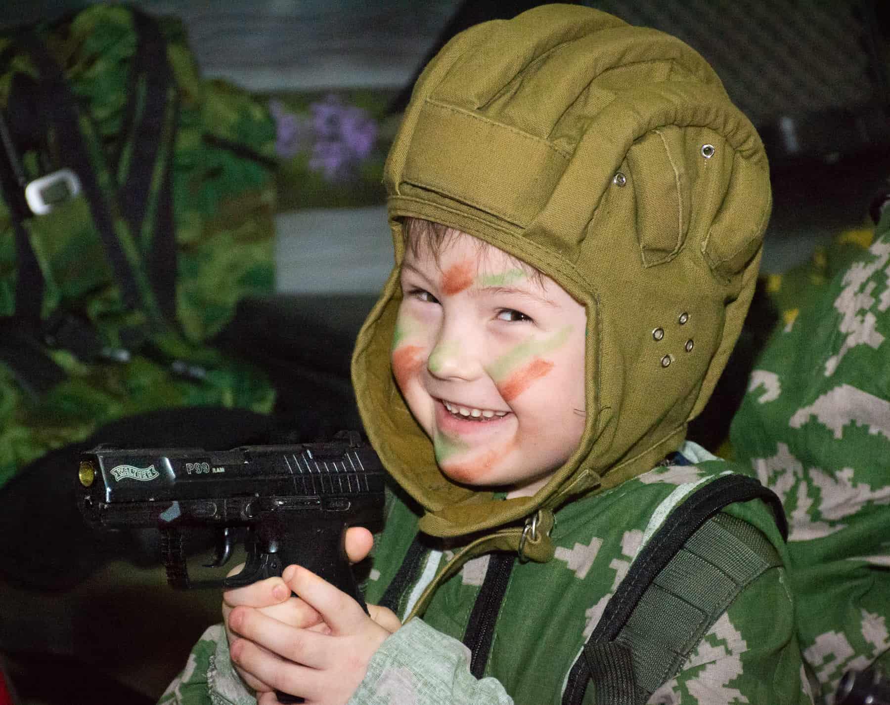 Смеющийся ребёнок фотозоне на 23 февраля
