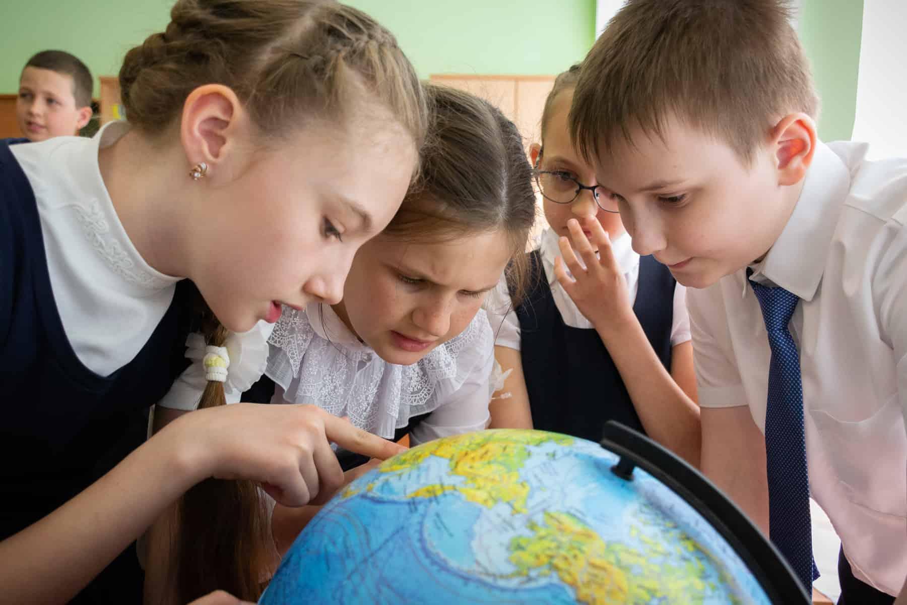 Школьники с глобусом