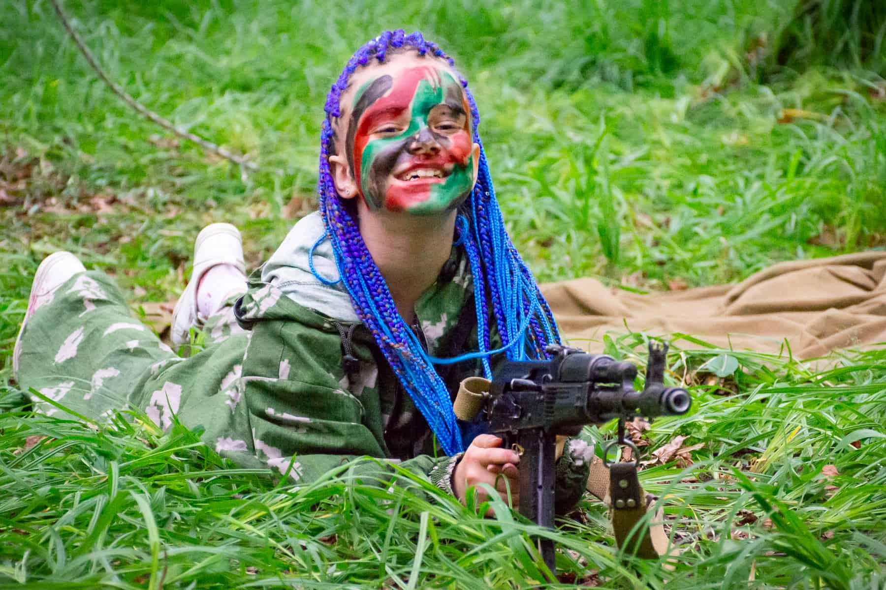 Девочка в боевой раскраске