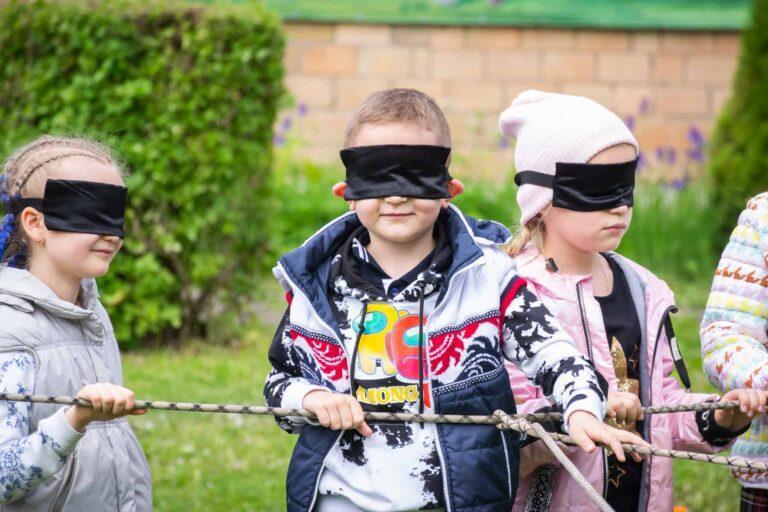 Дети с завязанными глазами